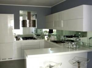 c anche un utente che ha una cucina ad angolo bianca con lalzatina a specchio